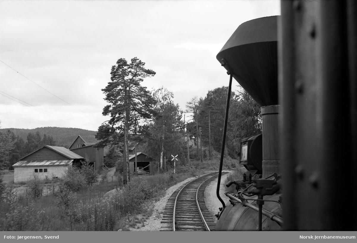 Innkjøring til Hornnes stasjon fra nord, sett fra damplokomotiv nr. 2 i godstog 5662