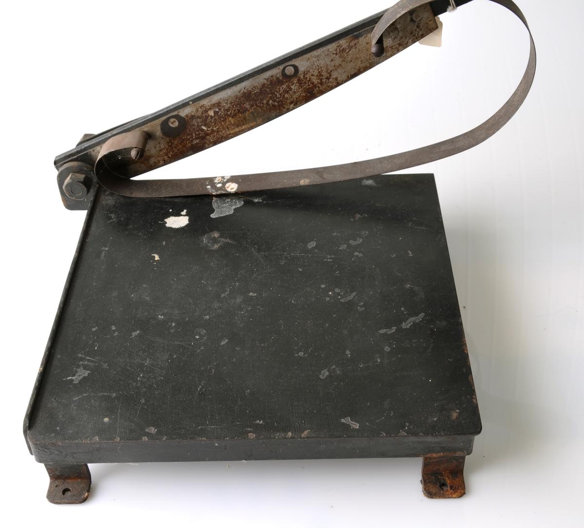 Form: Enkel papirskjærer av jern og blikk, håndtak av tre, blåd av stål.