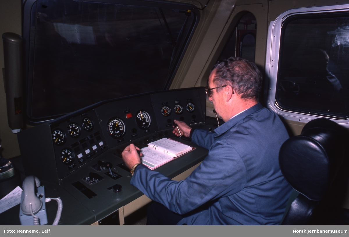 Lokfører på elektrisk lokomotiv El 16