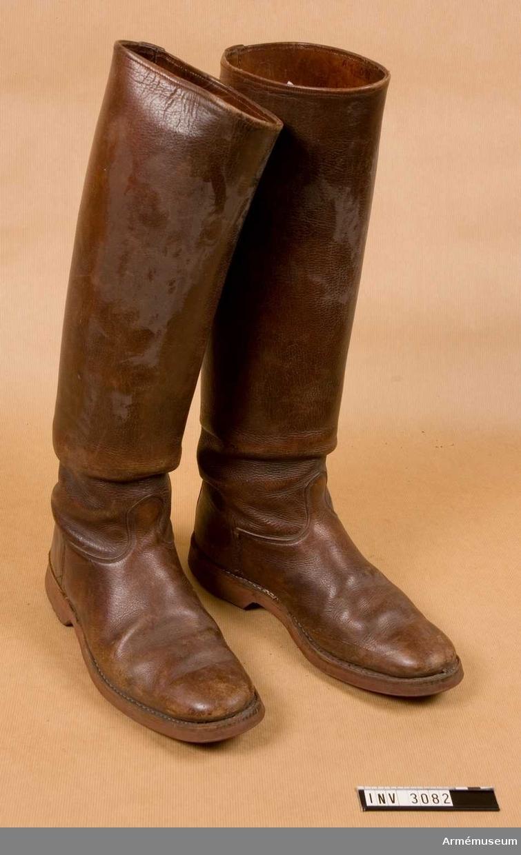 """Randsydd (höger-)stövel med gummisula märkt """"ELGSULA"""". Skinnfodrat skaft med pådragstamp. Storlek 43."""