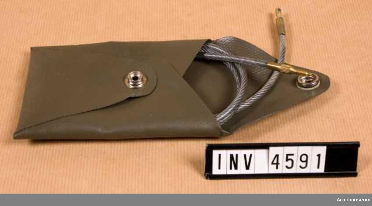 Läsklina m fodral t automatkarbin 4 (Ak4).Består av: 1 läsklina, 1 fodral, l: 125 mm, b: 90 mm, vikt: 30 gr. Fnr 1312-214900