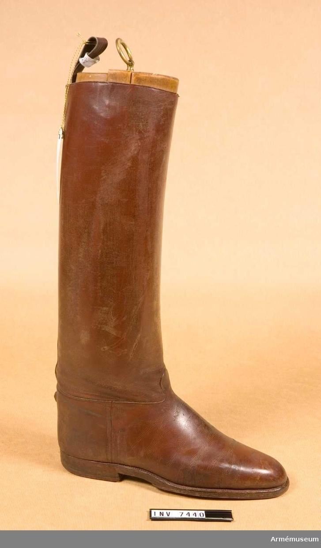 Högerstövel med randsydd lädersula och läderklack. Med tillhörande skoblock av fernissat trä i tre delar. Av tillåten modell 1939.