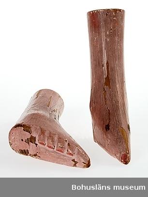 """Föremålet visas i basutställningen Uddevalla genom tiderna, Bohusläns museum, Uddevalla.  Modellerna visades på museets hemsida/Samlingar/Från när och fjärran under åren 2008 - 2013 med följande text: Liljefötter eller lotusfötter benämns dessa krympta och omformerade fötter. En ytterst smärtsam procedur praktiserades på flickor i de rikare samhällsklasserna från 5 års ålder och uppåt under drygt tusen år i Kina. Syftet var att höja kvinnans värde vid brudköpet. De fyra mindre tårna tvingades in och under foten med hjälp av fuktiga hårt lindade bandage. En extremt välbunden fot kallades """"golden lotus"""", och mätte endast 7,5 cm. Nästa nivå var """"silver lotus"""" som mätte drygt 10 cm. Denna plågsamma sed tynade bort efter hand från det att Kina blivit republik år 1912. Officiellt förbjuden blev traditionen först 1949 när Mao Zedong blev landets ledare.  Kontinent: Asien Ur handskrivna katalogen 1957-1958: Modeller av damfötter fr. Kina. a) vänsterfot, b) högerfot; mått. c:a 16 x 9, x 4,3 cm; trä, målade i ljusrött. Färgen ngt. flagnad.  På UM000638b står skrivet med tunn tuschpenna: Modell av Kinesisk Fruntimmersfot. På övre tvärsnittet finns en papperslapp fastklistrad med texten: Model of Chinese Lady's feet Enligt uppgift i nedanstående litteratur är det mest eftersträvansvärda att ha """"Golden Lotus"""", fötter som inte var längre än 3 inches, ca 7,5 cm. """"Silver Lotuses"""" mäter 4 inches, drygt 10 cm."""