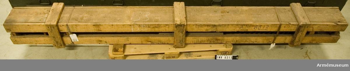 Tillverkningsnr 230. Förvaras i en trälåda.