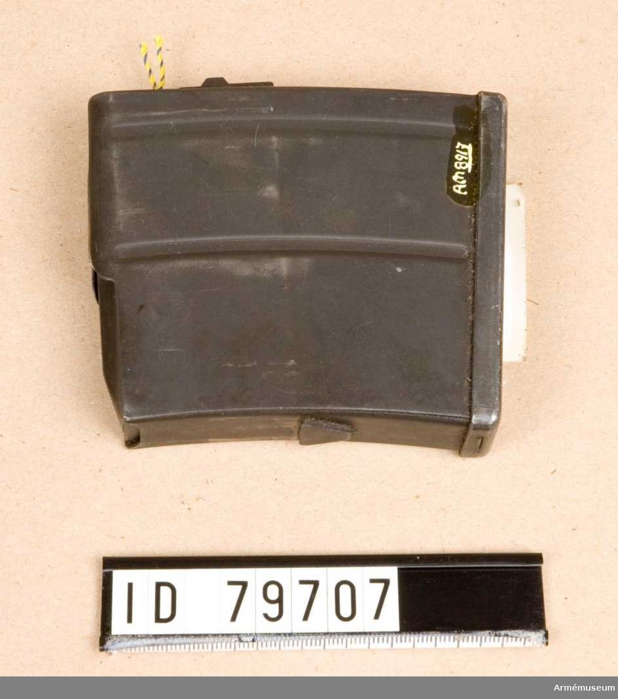 """Märkt """"J"""" i en cirkel, en krona.  Samhörande:AM 8915 automatgevär m/1942 B, AM 8916 stångmagasin 10-skotts, AM 8917 stångmagasin 10-skotts, AM 8918 gevärsrem av läder."""
