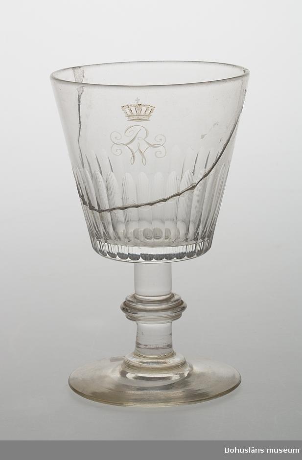 Ur handskrivna katalogen 1957-1958: Vinglas slipat o krönt R W (med krona över) Mynningsdiam.: 7,3. H: 11,7. Slipad skål, skaft med vulst, rund fot. Skålen lagad.