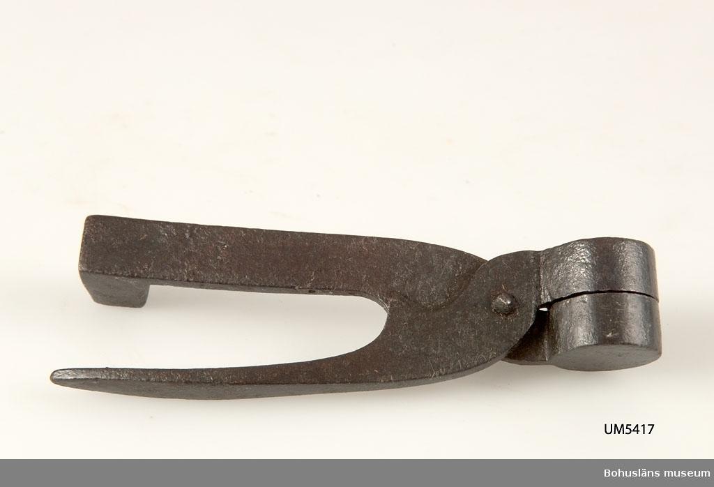 Ur handskrivna katalogen 1957-1958: Liten kultång L. 8,8 cm: för runda kulor; m. käftar f. klippning; ena skänkeln fyrkantig järnklump i ändan. Hel.  Lappkatalog: 55