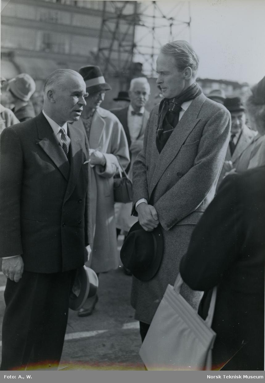 Fred. Olsen (t.h.) og en annen mann på Akers Mek. Verksted i forbindelse med stabelavløpning av fruktskipet Byfjord, B/N 531 24. september 1960. Skipet ble levert i 1960 til Kornelius Olsen.