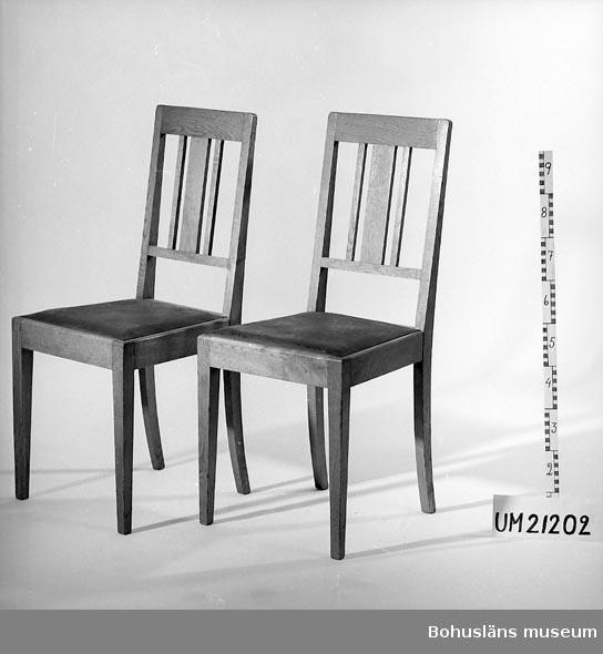 Sex stolar av ek med lös infälld sits medpegamoidklädsel, (läderimitation). Ytterligare sex med klädsel av schagg finns. Sen jugendstil utan dekor av utskuret äpple. Vanlig möbel vid bosättning på 1910-30-talet. Tillhörde ett enhetligt möblemang  - garnityrmöbel - bestående av matsalsbord, matsalsstolar, två karmstolar, bufféskåp med eller utan spegel, blompiedestal, kuvertbord och hög soffa. Ibland t o m ett piano. Sovrumsmöbeln kunde vara i samma stil med sängar, sängbord och garderobsskåp. Ytskiktet ofta lackad/fernissad eller svärtad. Tillverkades av lokalt snickeri. Hög kvalitet. UMF 1:10