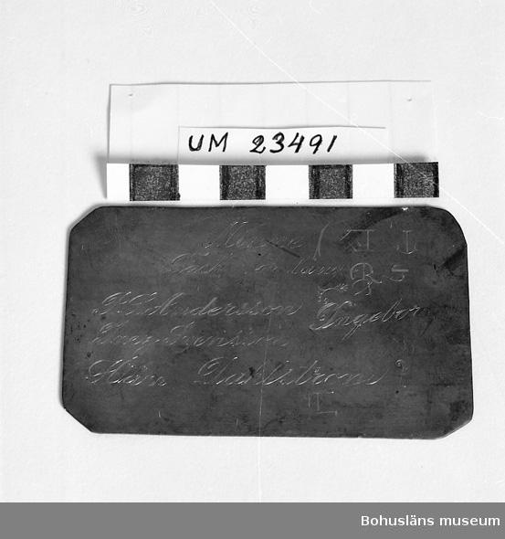 471 Tillverkningstid 1900-1950 594 Landskap BOHUSLÄN  Troligen ursprungligen tryckplatta för visitkort. Här använd som prov och övning vid gravering av inskriptionen.
