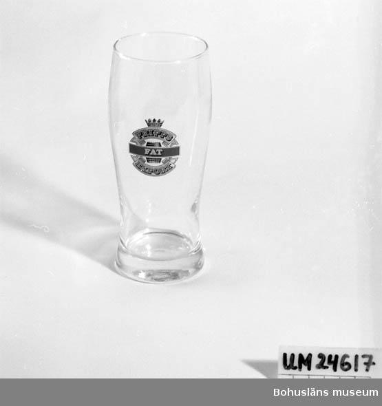 """Föremålet visas i basutställningen Kustland,  Bohusläns museum, Uddevalla. 594 Landskap BOHUSLÄN  Botten ca 1,5 cm tjock. Konvex. Logotyp tryckt (ev klistrad) mitt på glaset. (Se UM 24618) Föremålen ingår i dokumentation """"Havsbadsrestaurangen 1991""""."""