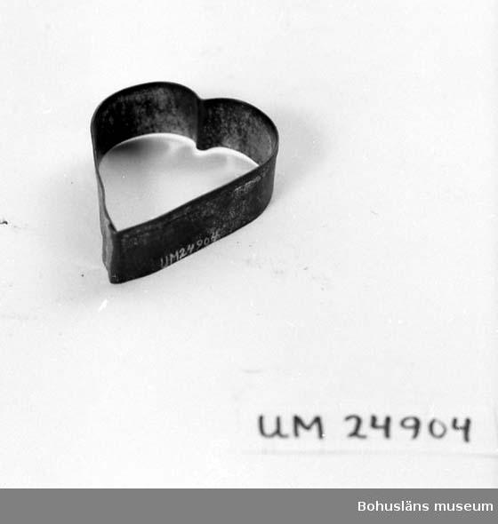 594 Landskap BOHUSLÄN  Hjärtformad. För upplysningar om ägarna, Gunnar och Greta Karlsson, se UM18527. Gåvan omfattar UM24884 - UM24915.