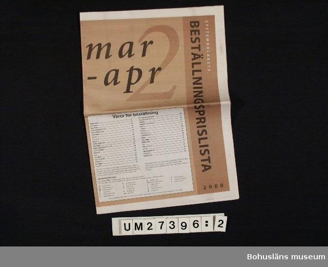 """(1:) Systembolagets prislista för november-december 1999. Grön framsida, 83 sidor med text på framsidan: """"SYSTEMBOLAGETS PRISLISTA / nov-dec 1999"""".  (2:) Systembolagets beställningsprislista mars-april 2000. Brun framsida, 32 sidor med text på framsidan: """"SYSTEMBOLAGETS BESTÄLLNINGSPRISLISTA 2000 / mar - apr"""" Format: H 39 x B 28 cm.  För information om Millennieinsamlingen, se UM2736"""