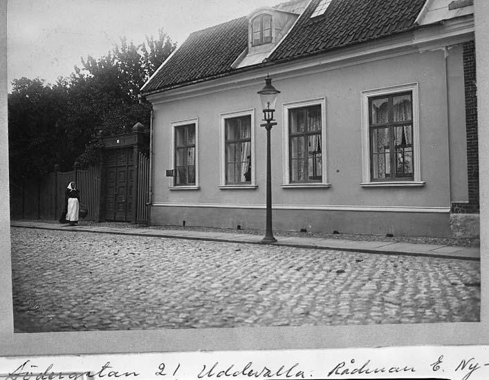 """Text på kortet: """"Södergatan 21 Uddevalla. Rådman E. Nyborgs fastighet 1905""""."""
