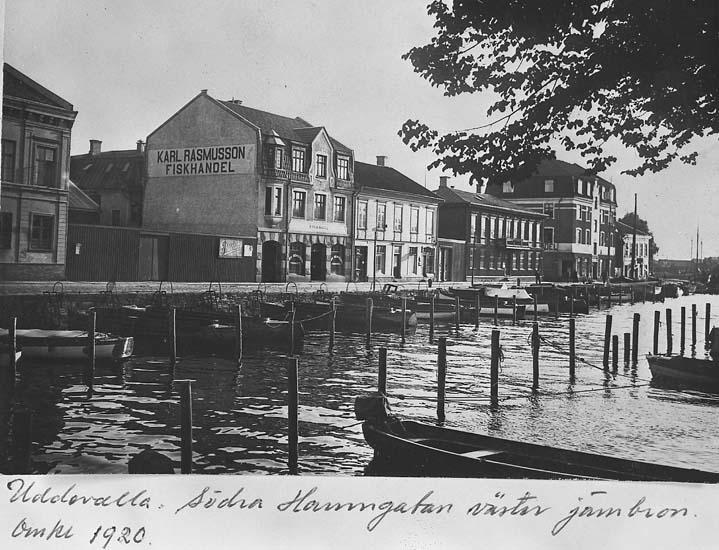 """Text på kortet: """"Uddevalla, Södra Hamngatan väster järnbron omkr 1920""""."""