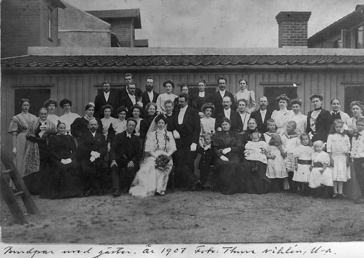 """Brudpar med gäster, år 1907. Foto Thure Nihlén, Uddevalla"""