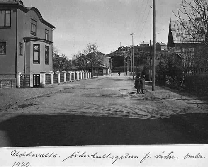 """Text på kortet: """"Uddevalla. Södertullsgatan fr väster, omkr. 1920"""".    ::"""
