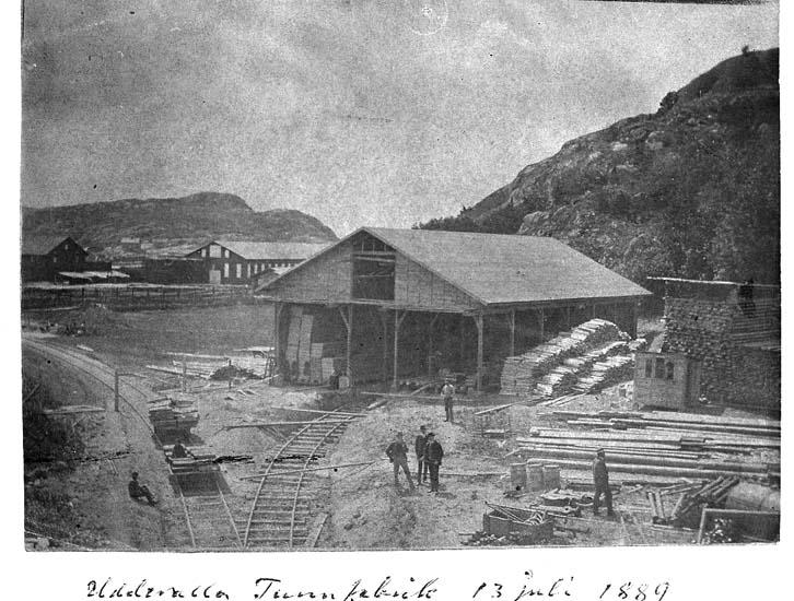 "Text på kortet: ""Uddevalla Tunnfabrik 13 juli 1889""."