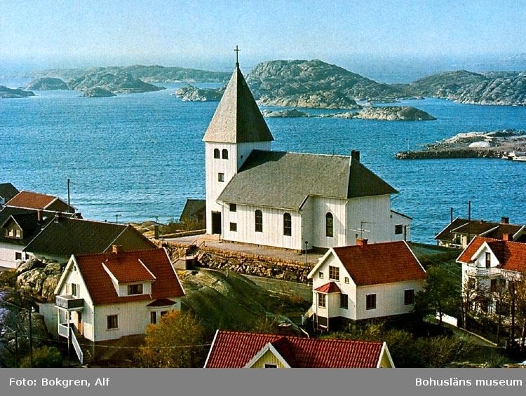 """Tryckt text på bildens baksida: """"Skärhamns kyrka, uppförd 1932."""" """"Foto: Alf Bokgren""""."""