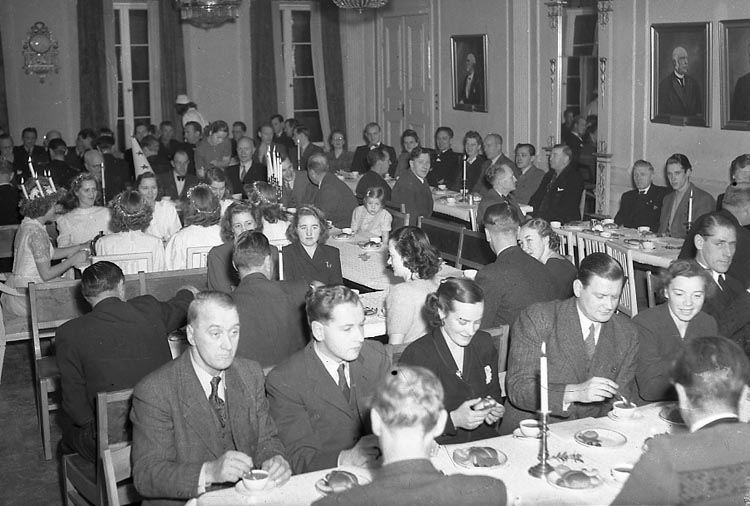 "Enligt notering: ""Rådhusets Lucia 13/12 1947""."
