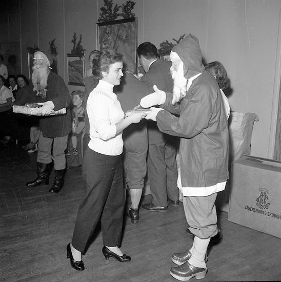 """Enligt notering: """"Julafton hos ungrarna Bohusgården 24/12 1956""""."""