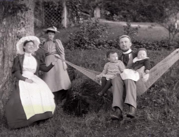 Familj i hängmatta, Marstrand, 1900-talets början
