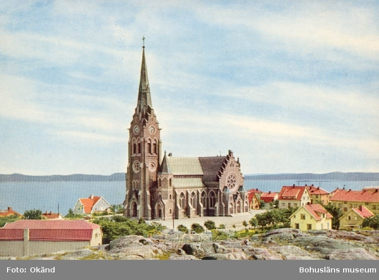 "Tryckt text på kortet: ""Lysekil, Kyrkan"". ""9 OKT 1959"" ""Förlag: Firma H. Lindenhag, Göteborg""."