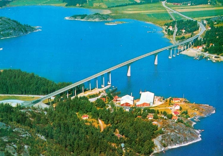 "Tryckt text på kortet: ""Nötesundsbron.""  ::"