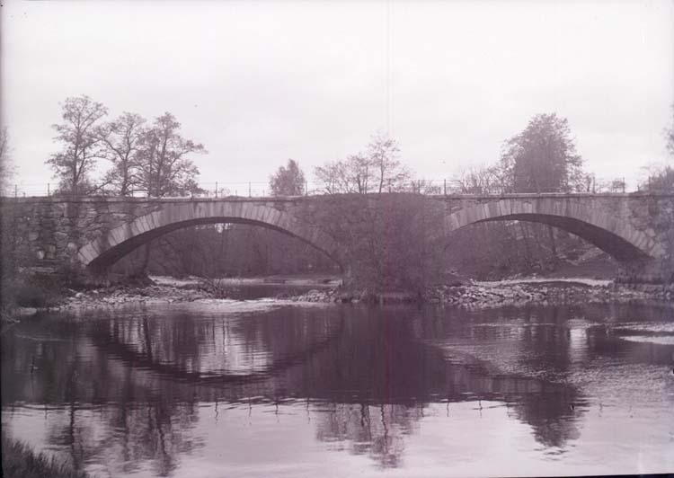 """Enligt text som medföljde bilden: """"Kvistrum. Landsvägsbron. Maj 1905."""""""