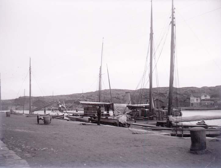 """Enligt text som medföljde bilden: """"Marstrand, Hamnen."""" ::"""