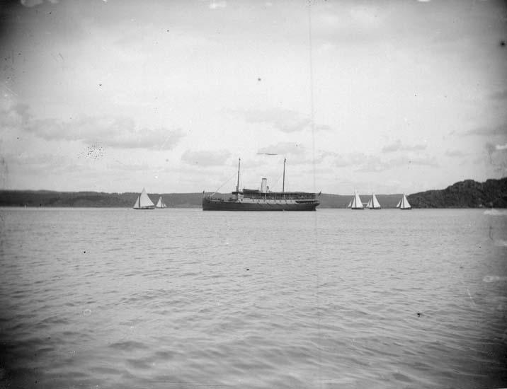 """Enligt text som medföljde bilden: """"Gustafsberg. Kappseglingen 1897""""."""