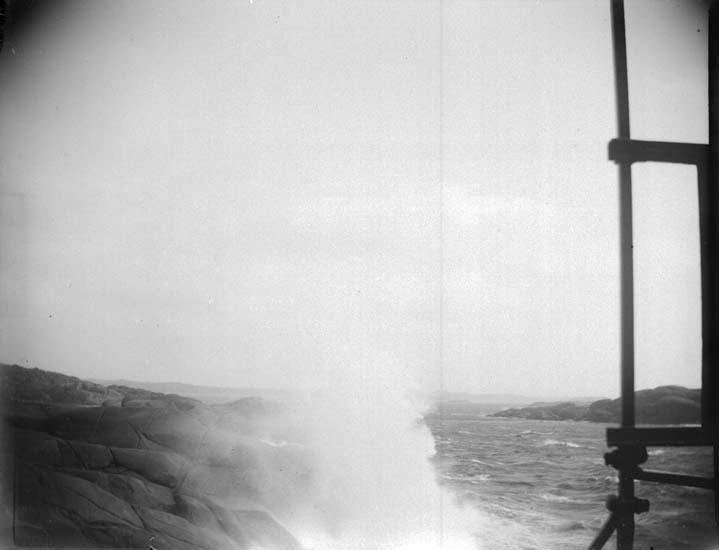 """Enligt text som medföljde bilden: """"Lysekil. Vid Stångehuvud i storm taget från fyren  26/7 1899""""."""