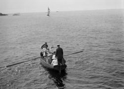 """Enligt text som medföljde bilden: """"Roddbåt."""""""