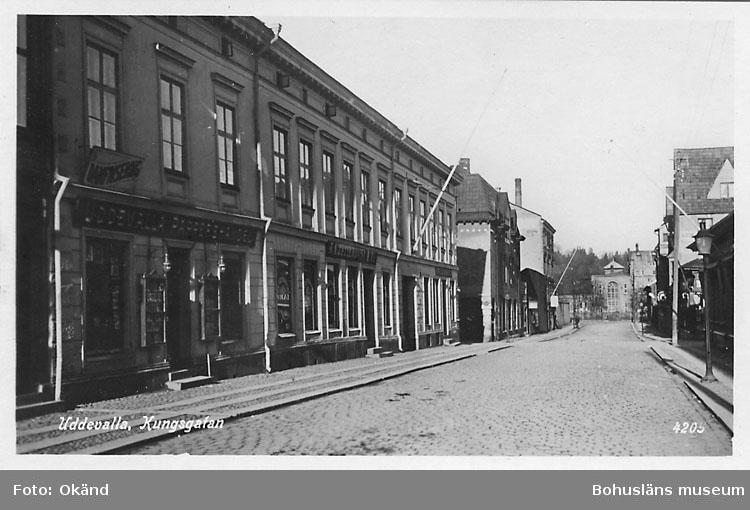 """Tryckt text på vykortets framsida: """"Uddevalla, Kungsgatan"""".  ::"""