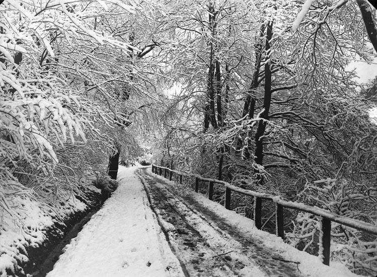 """Enligt fotografens noteringar: """"Snöbild vid gamla Smedbruket i Munkedal."""""""