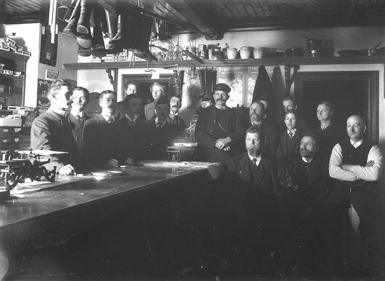 """Enligt fotografens noteringar: """"Herr Skog med biträde, Fröknarna Hansson, Alma Mattson, Byggmäst. Larsson, Gerda Valberg, Alfred Hansson."""""""