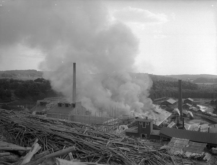 """Enligt fotografens noteringar: """"Eldsvåda i Munkedals fabrik omkring 1911."""""""
