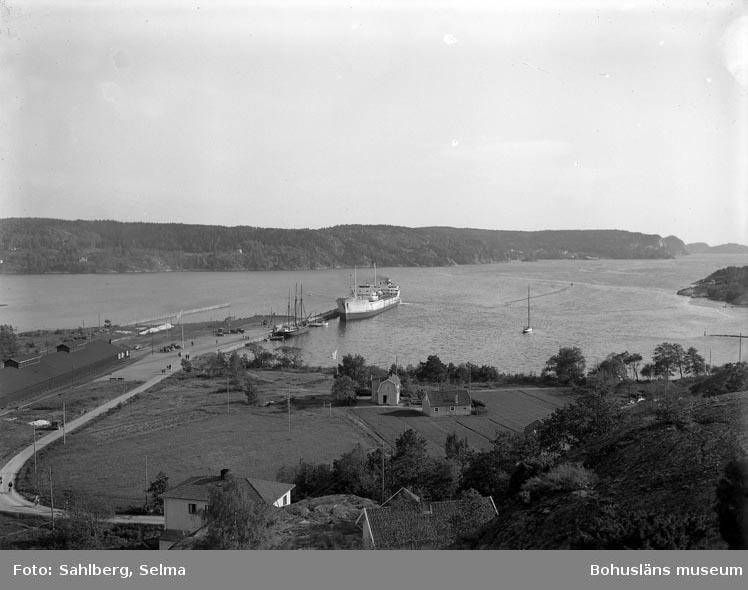 """Enligt medföljande noteringar: """"Munkedals Hamn 1948. Pieten (?) Julius.""""  Uppgifter från Munkedals HBF: """"Munkedal, Saltkällefjorden, M/T Julius."""""""