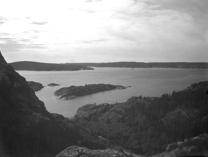 """Text som medföljde bilden: """"1938. No.36. Gullmarsfjorden med holmar från Gårviks berg."""""""