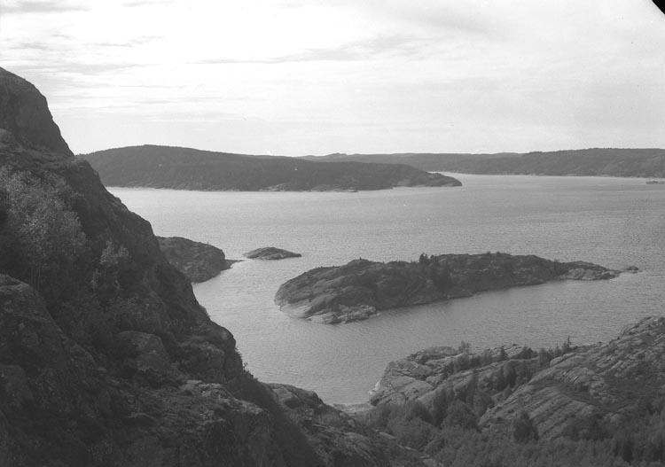 """Enligt fotografens noteringar: """" 1938. 60. Gullmarsfjorden med hamnen fr. Gårviks berg""""."""
