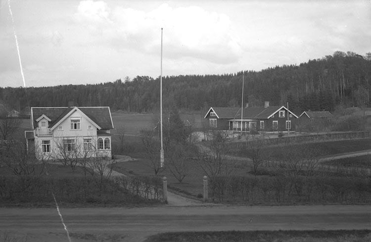 """Enligt fotografens noteringar: """"1941. Bjurströms hus o. Önnebacka""""."""