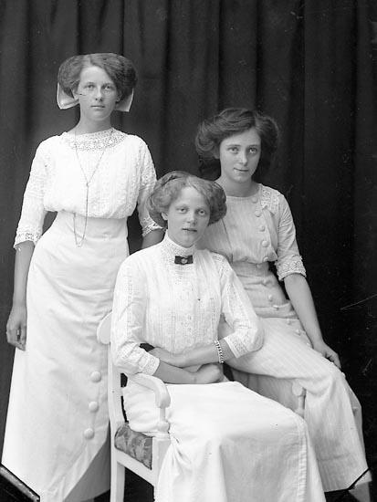 """Enligt fotografens journal Lyckorna 1909-1918: """"Eriksson, Fröken Ljungskile"""".  Enligt fotografens notering: """"Hildur Ericsson, Ljungskile"""
