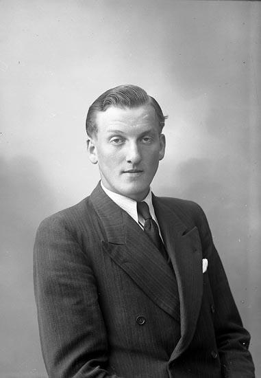 "Enligt fotografens journal nr 7 1944-1950: ""Johansson, Herr Holger Tolleröd, Kode."