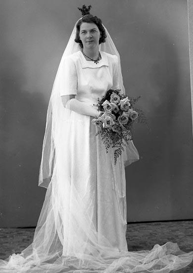 """Enligt fotografens journal nr 7 1944-1950: """"Larsson, Herr Gunnar Svenshögen bruden""""."""