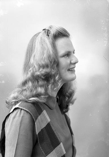 """Enligt fotografens journal nr 7 1944-1950: """"Johansson, Fr. Anna-Lisa Solgården Stenungsund""""."""