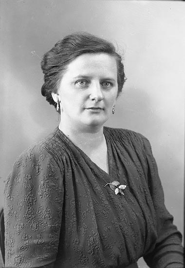 "Enligt fotografens journal nr 7 1944-1951: ""Larsson, Fru Karin Åsen, Svanesund""."