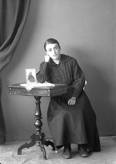 "Enligt fotografens journal nr 3 1916-1917: ""Karlsson, Annie Känstorp Spekeröd""."