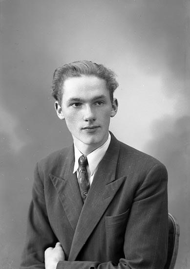 """Enligt fotografens journal nr 7 1944-1950: """"Hansson, Herr Mats Kyrkenorum Här""""."""