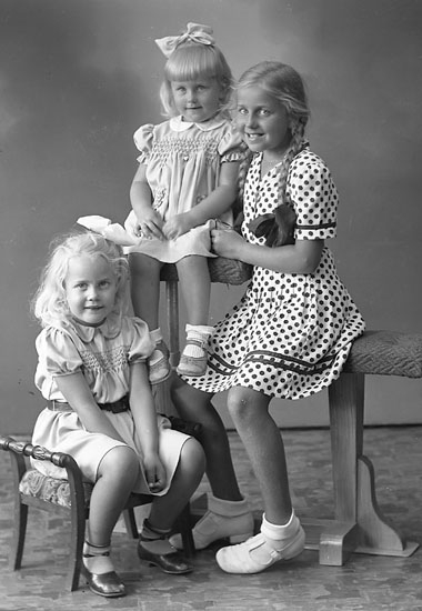 "Enligt fotografens journal nr 7 1944-1950: ""Törnqvist, Gerd, Ruth o Lena Kristinelundsg. 5 Gbg""."