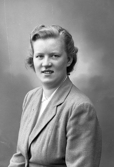 "Enligt fotografens journal nr 8 1951-1957: ""Carlsson, Fr. Marianne Gåre Spekeröd""."
